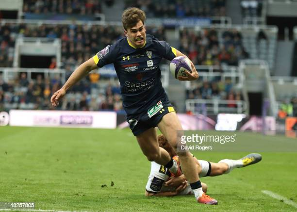 Damian Penaud of ASM Clermont scores the opening try during the Challenge Cup Final match between La Rochelle and ASM Clermont at St. James Park on...