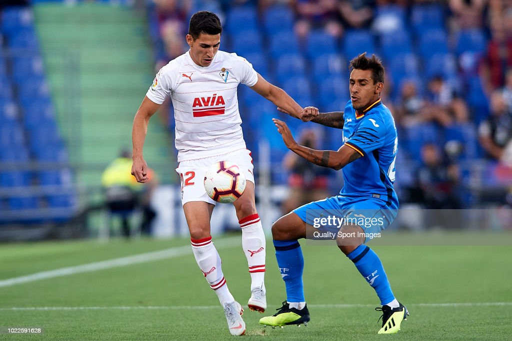 Damian Suarez of Getafe CF competes for the ball with Pere Milla (L) of SD Eibar during the La Liga match between Getafe CF and SD Eibar at Coliseum Alfonso Perez on August 24, 2018 in Getafe, Spain.