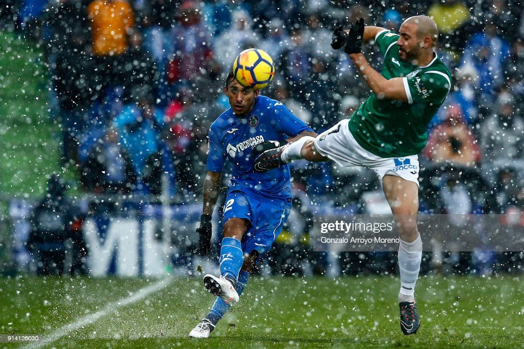 Damian Suarez (L) of Getafe CF strikes the ball across Nordin Amrabat (R) of Deportivo Leganes during the La Liga match between Getafe CF and Deportivo Leganes at Coliseum Alfonso Perez on February 4, 2018 in Getafe, Spain.
