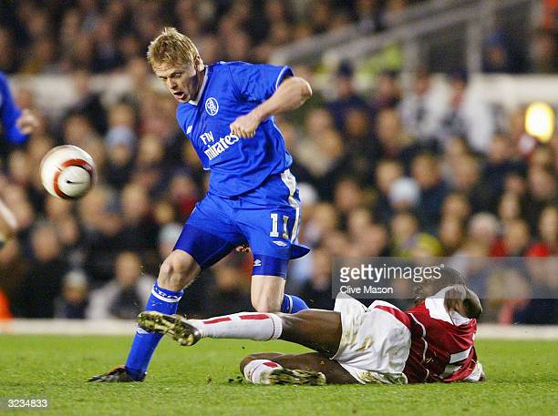 Damien Duff of Chelsea gets away from Lauren of Arsenal during the UEFA Champions League Quarter Final Second Leg match between Arsenal and Chelsea...