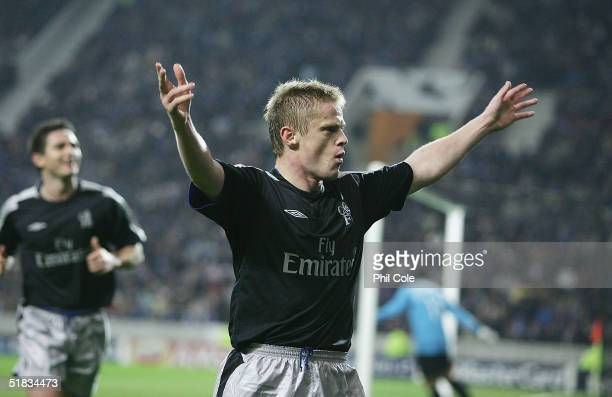 Damien Duff of Chelsea scores during the Champions League Group H match between FC Porto and Chelsea at the Estadio Do Dragao on December 7, 2004 in...