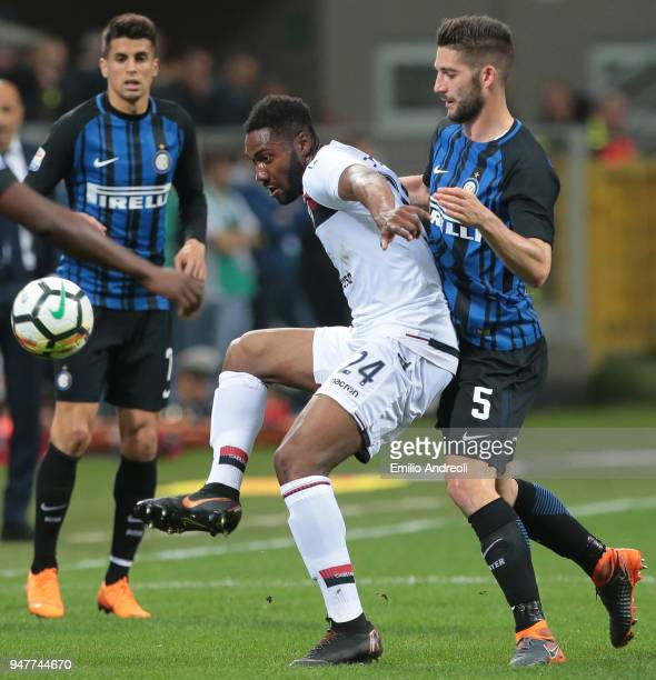 Damir Ceter Valencia of Cagliari Calcio is challenged by Roberto Gagliardini of FC Internazionale Milano during the serie A match between FC...