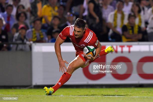 Dan Carter of Kobelco Steelers makes a break to score his side's third try during the Rugby Top League match between Suntory Sungoliath and Kobelco...