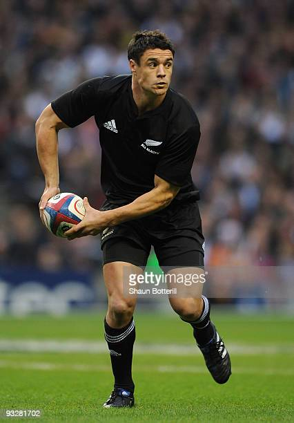 Dan Carter of New Zealand passes the ball during the Investec Challenge Series match between England and New Zealand at Twickenham on November 21...