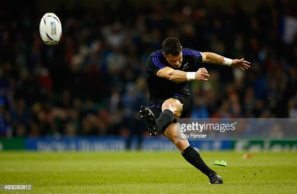 Dan Carter of the New Zealand All Blacks practices his kicking before the 2015 Rugby World Cup Quarter Final match between New Zealand and France at...