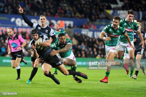 Justin Tipuric of Ospreys in action during the Guinness Pro14 Round 4 match between the Ospreys and Benetton Rugby at the Liberty Stadium on...