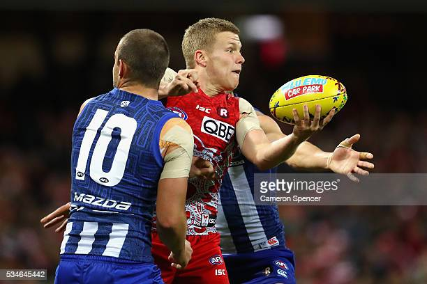 Dan Hannebery of the Swans handpasses during the round 10 AFL match between the Sydney Swans and the North Melbourne Kangaroos at Sydney Cricket...
