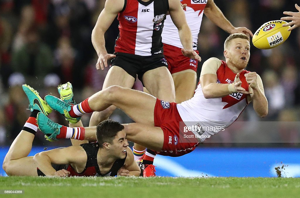Dan Hannebery of the Swans passes the ball during the round 21 AFL match between the St Kilda Saints and the Sydney Swans at Etihad Stadium on August 13, 2016 in Melbourne, Australia.