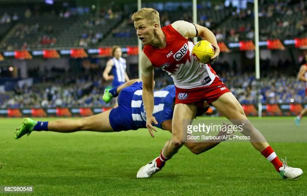 Dan Hannebery of the Swans runs with the ball during the round eight AFL match between the North Melbourne Kangaroos and the Sydney Swans at Etihad...