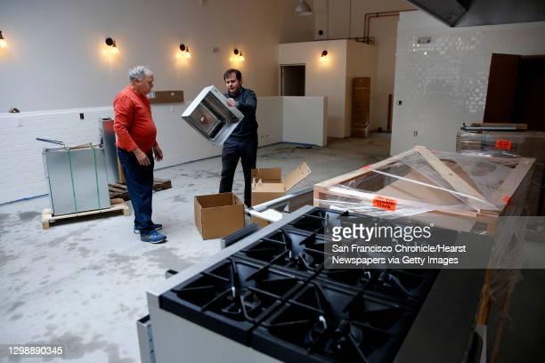 103 Unbox Bilder Und Fotos Getty Images