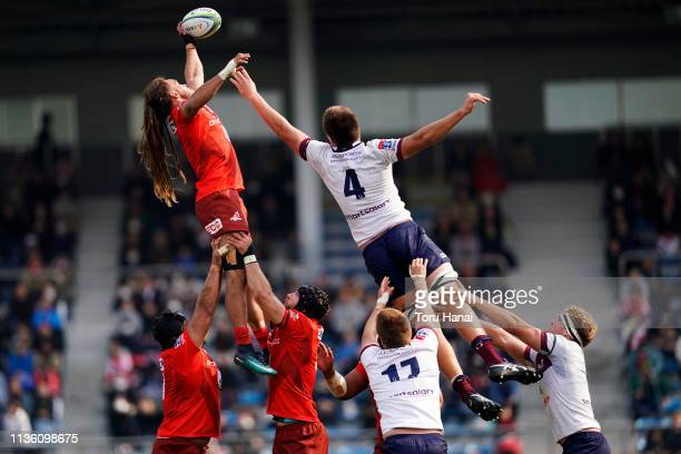 Dan Pryor of Sunwolves wins a line out against Harry Hockings of Reds during the Super Rugby match between Sunwolves and Reds at Prince Chichibu...