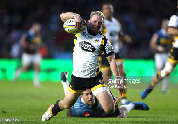 Dan Robson of Wasps breaks through to score his sides first try during the Aviva Premiership match between Harlequins and Wasps at Twickenham Stoop...