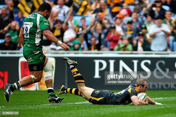 Dan Robson of Wasps touches down a try during the Aviva Premiership match between Wasps and London Irish at the Ricoh Arena on May 07 2016 in...
