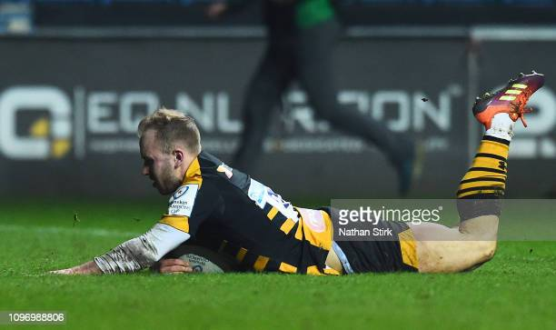 Dan Robson of Wasps touches down as he scores their second try during the Champions Cup match between Wasps and Leinster Rugby at Ricoh Arena on...