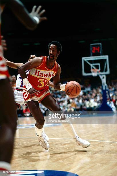 Dan Roundfield of the Atlanta Hawks drives to the basket during the 1984 NBA game against the New Jersey Nets at the Brendan Byrne Arena in East...