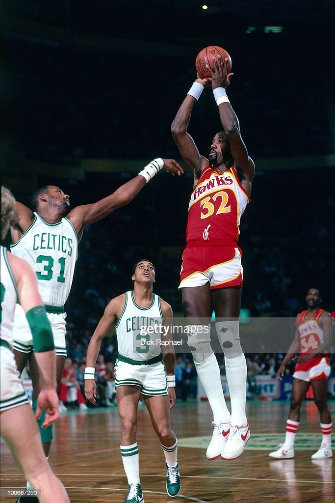 Dan Roundfield #32 of the Atlanta Hawks shoots a jump shot against Cedric Maxwell #32 of the Boston Celtics circa 1984 at the Boston Garden in Boston, Massachusetts.