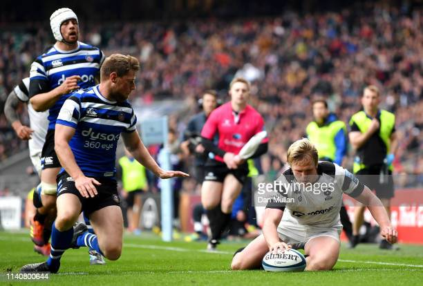 Dan Thomas of Bristol Bears touhces down to score his team's first try during the Gallagher Premiership Rugby match between Bath Rugby and Bristol...