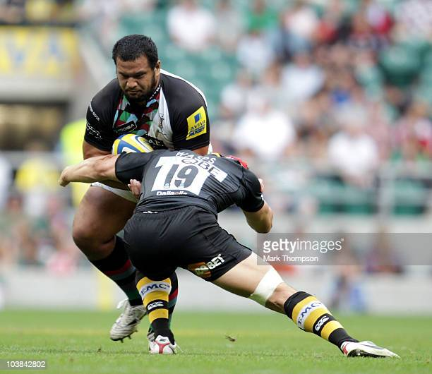 Dan WardSmith of London Wasps tangles with James Johnston of Harlequins during the Aviva Premiership Rugby Union match between Harlequins and London...