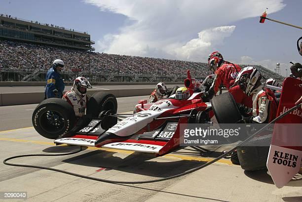 Dan Wheldon pits the Andretti Green Racing Jim Beam/Klein Tools Honda Dallara during the IRL IndyCar Series Honda Indy 225 at the Pikes Peak...