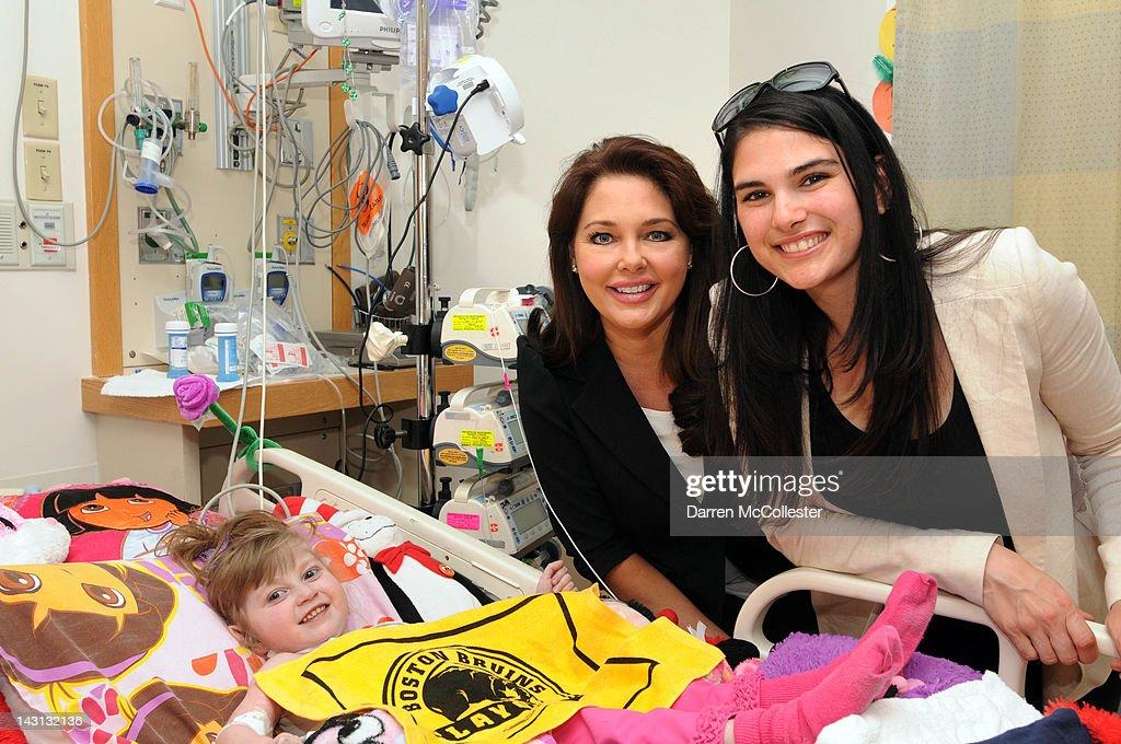 Boston Bruins Madness Comes To Children's Hospital Boston : Nachrichtenfoto