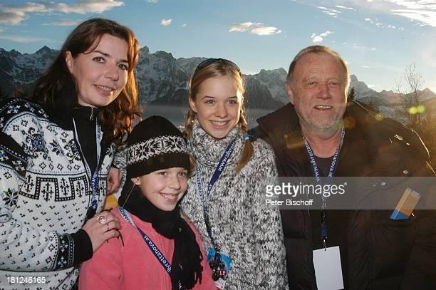 "Dana Vavrova,Tochter Josefina Vilsmaier, Tochter Theresa Vilsmaier, Regisseur Joseph Vilsmaier, , Uraufführung vom Kinofilm: ""Bergkristall"",..."