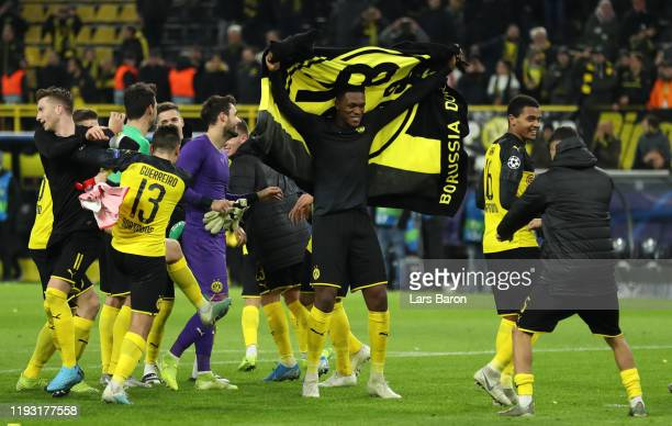 DanAxel Zagadou of Borussia Dortmund and team mates celebrate during the UEFA Champions League group F match between Borussia Dortmund and Slavia...