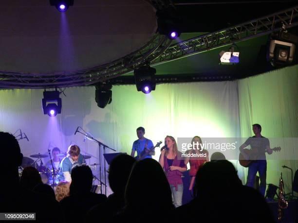 ダンスと礼拝のパフォーマンス - シンガーソングライター ストックフォトと画像