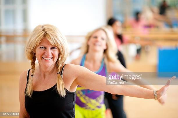 groupe de danse fitness - danse latine photos et images de collection