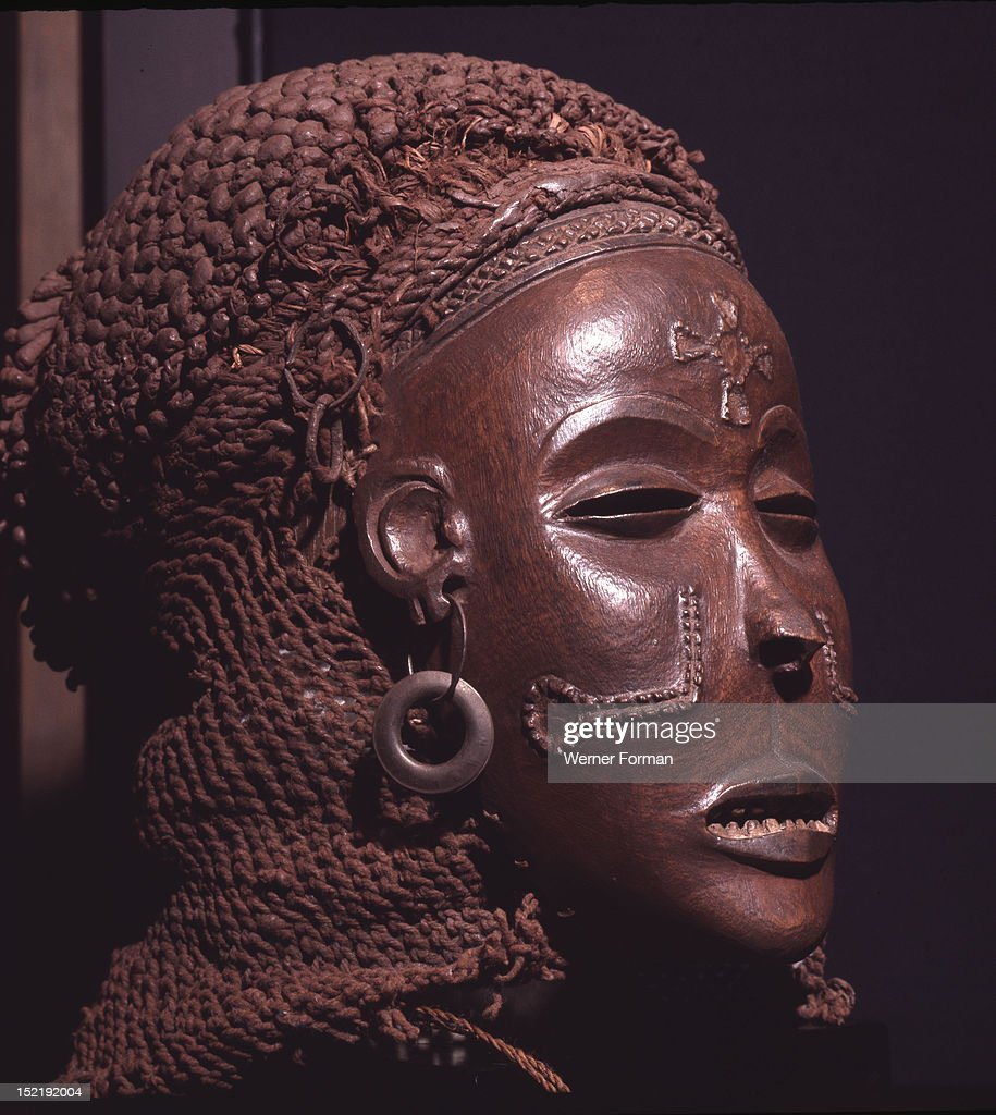 Dance mask of a type known as Mwana Pwo, regarded as an idealised depiction of a beautiful young girl, showing facial scarifications : Foto jornalística