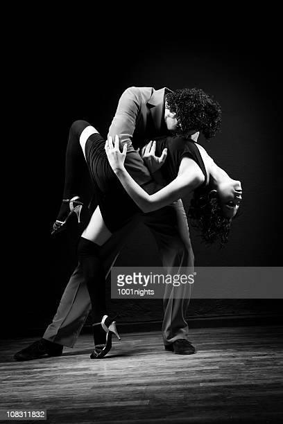 der leidenschaft tango tanzen - tango tanz stock-fotos und bilder