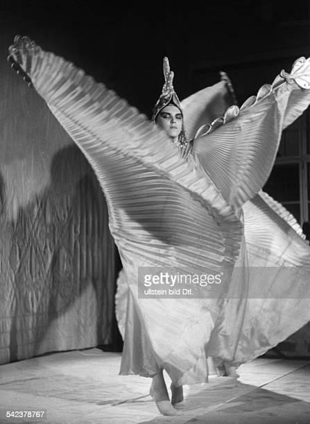 Dance revue 'Die bunte und die weisse Feder' at the Berlin press ball 1939 - published in 'Stern' 6/1939- photo: UMBO