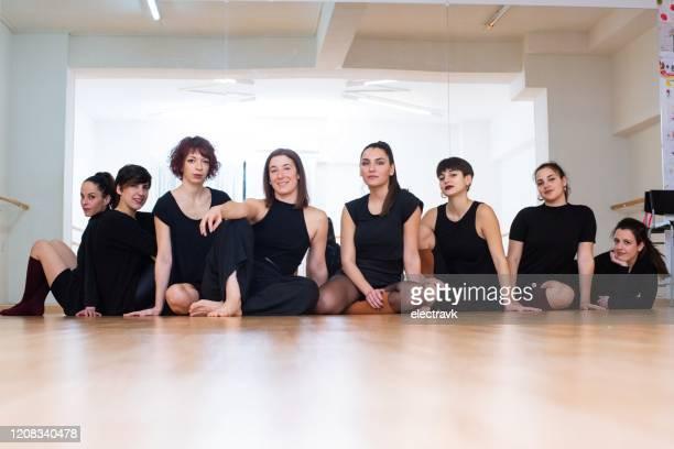tanztruppe sitzt auf dem boden - tanztruppe stock-fotos und bilder