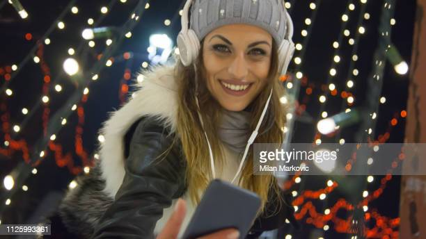 danse - femme écoute de la musique et des images par égoïsme téléphone - gogo danseuse photos et images de collection