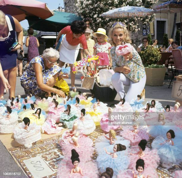 Dancer and choreographer Irene Mann on a market in Bardolino at Lake Garda in Italy, on holiday in July 1969. Irene Mann was a dancer, an actress,...