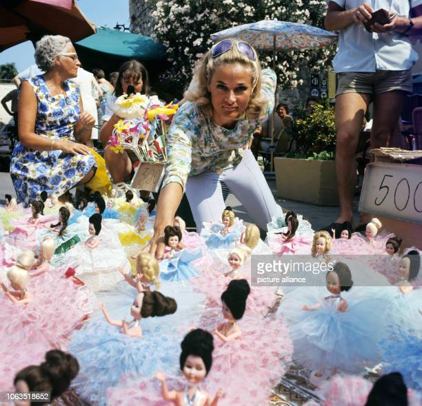 Dancer and choreographer Irene Mann on holiday, in July 1969, on a market in Bardolino at Lake Garda in Italy. Irene Mann was a dancer, an actress,...