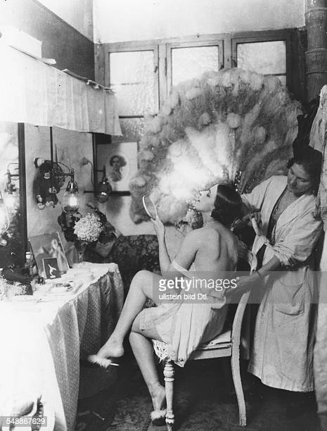 Dancer from a Charell-revue with a make-up artist in their wardrobe - 1925 - Photographer: Zander & Labisch - Vintage property of ullstein bild