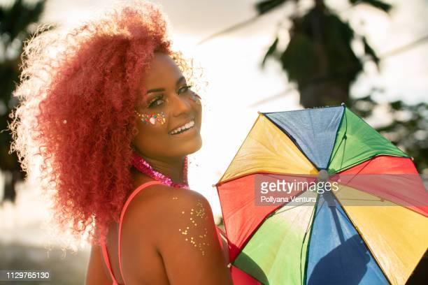 dançarina, segurando a sombrinha do frevo - carnival - fotografias e filmes do acervo