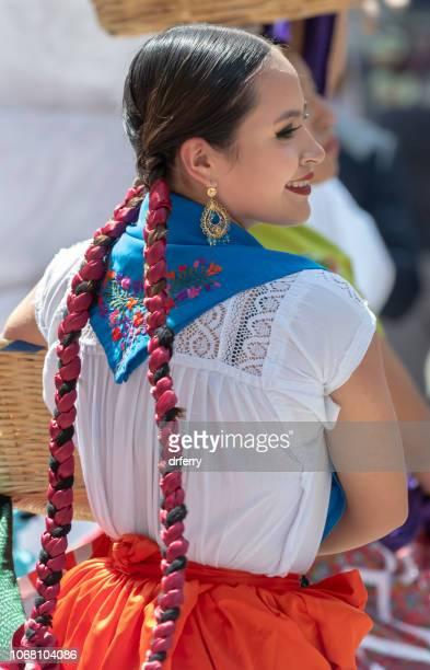 Danseuse dans une jupe rouge au Día de los Muertos Festival à Oaxaca