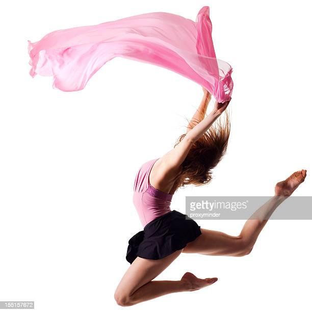 Danseur de sauter sur fond blanc avec tissu rose