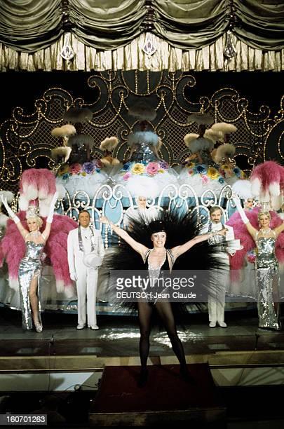 Dancer Liliane Montevecchi At The Foliesbergeres Paris mars 1972 La danseuse Liliane MONTEVECCHI bras en l'air vêtue d'un costume à plumes noires et...