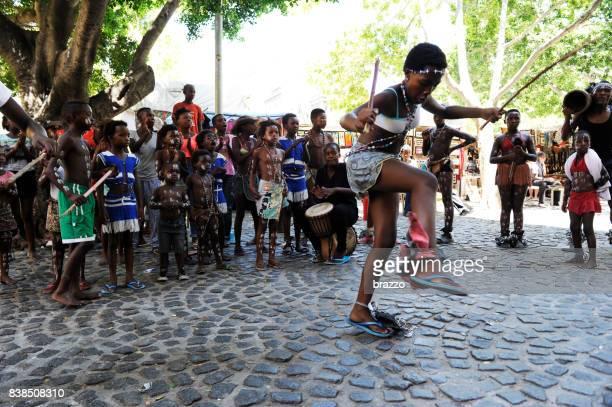 dançarina na praça greenmarket - cidade do cabo - fotografias e filmes do acervo