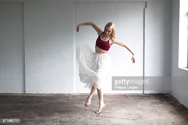 dancer practising in studio - jupe photos et images de collection