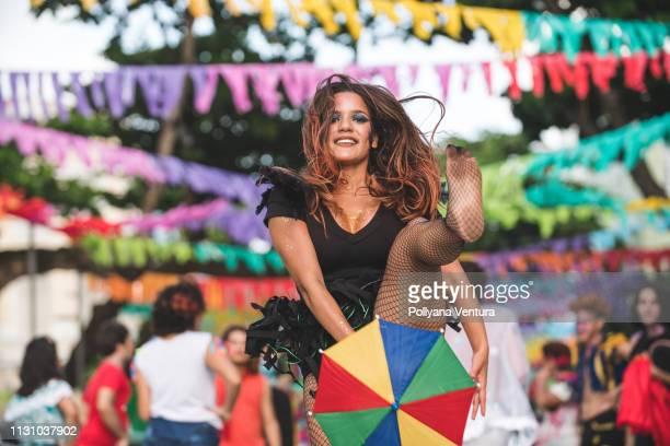 tänzerin zeigt ihr tanzfertigkeiten - nordöstliches brasilien stock-fotos und bilder