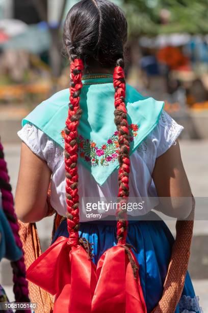 Danseuse avec tresses rouge dans le Día de los Muertos Festival à Oaxaca