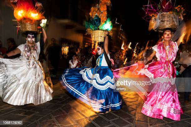 Danseurs dans la nuit au Día de los Muertos Festival à Oaxaca