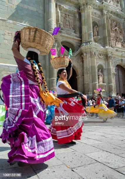 Danseurs en face de la cathédrale au Día de los Muertos Festival à Oaxaca