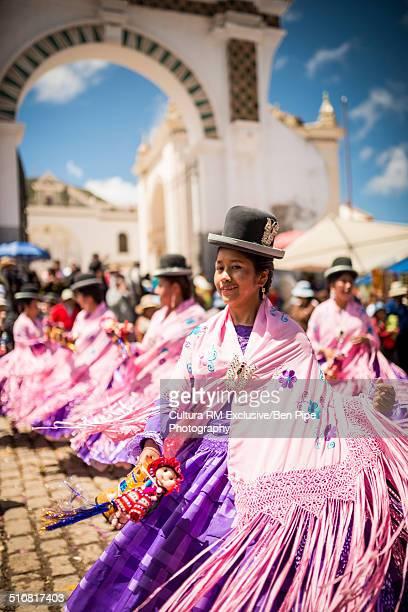 dancers in pink costume, fiesta de la virgen de la candelaria, copacabana, lake titicaca, bolivia, south america - fiesta de la virgen de la candelaria fotografías e imágenes de stock