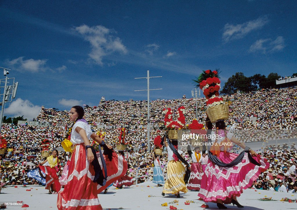 Dancers in traditional costumes, Oaxaca : News Photo