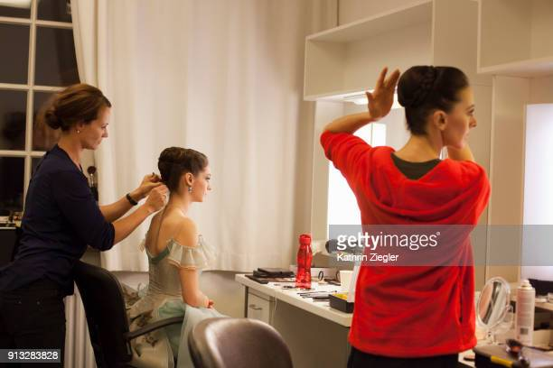 dancers of the bavarian state ballet backstage before dress rehearsal, having their hair and makeup done - opernhaus stock-fotos und bilder