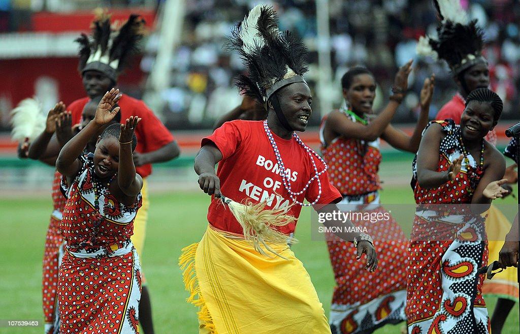 Dancers of the Bomas in Kenya dance duri : News Photo